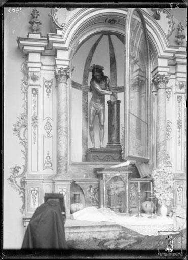 Primitivo Jesús de la Columna en su retablo neoclásico de la iglesia de la Merced. En primer término el trípode de Orueta. (Foto: Ricardo de Orueta, ca. 1913. Archivo CSIC)