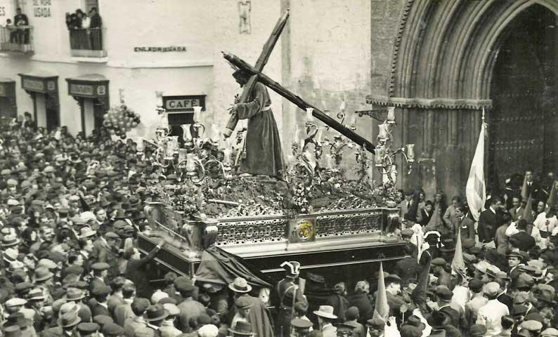 El Señor de la Salud recogiéndose en la Parroquia de San Román.