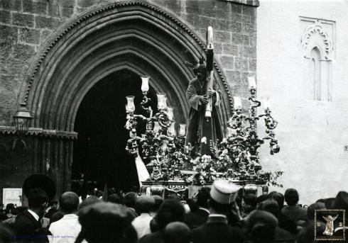 El primitivo Nazareno de la Salud recogiéndose en San Román hacia 1935. (Foto: Joaquín Turina. Fundación Juan March)