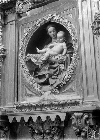 El grupo escultórico fotografiado por Orueta (el retablo debía hallarse en restauración ya que faltan las columnas)