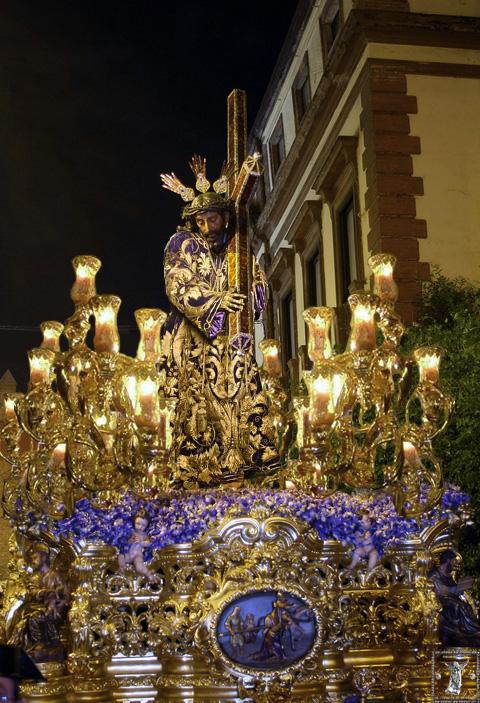 Fotomontaje del Nazareno de Triana con su antigua túnica bordada y candelabros en su paso.