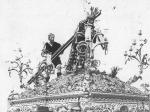 En 1888 la figura del Cirineo acompañó al Nazareno en su paso (adquirido a la Esperanza de Triana). En 1891 el Señor y esta imagen estrenaron túnica y ropajes bordados por las hermanas Antúnez.