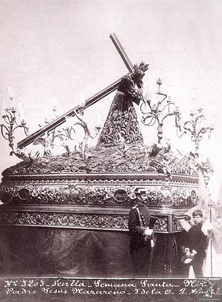 El Nazareno sobre el paso de 1846 y la túnica bordada de las flores de Pasión.