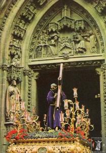 El Nazareno de Triana sobre su antiguo paso con candelabros.