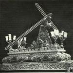 Foto 1: Paso de 1846 con los primitivos candelabros y respiraderos. El Señor viste la túnica bordada de las flores de Pasión.