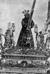 El Nazareno de Triana en su paso con candelabros y ángeles portando faroles y vistiendo la túnica de 1891.