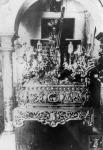 Jesús Nazareno ya con la túnica romántica de las Antúnez, ángeles ceroferarios y los nuevos respiraderos de 1899 obra de Fernando Salas.