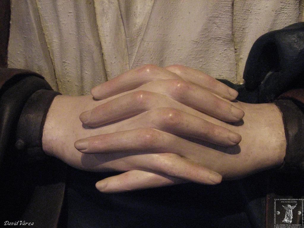 Detalle de las manos entrelazadas de la Dolorosa cisterciense.