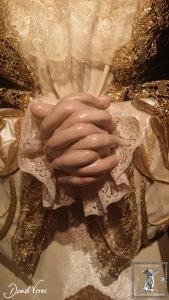 Detalle de las manos entrelazadas de la dolorosa