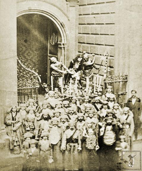 Paso de la Puente del Cedrón en el atrio de la iglesia de San Juan hacia 1870. (Foto: Archivo Histórico Hermandad de la Puente)