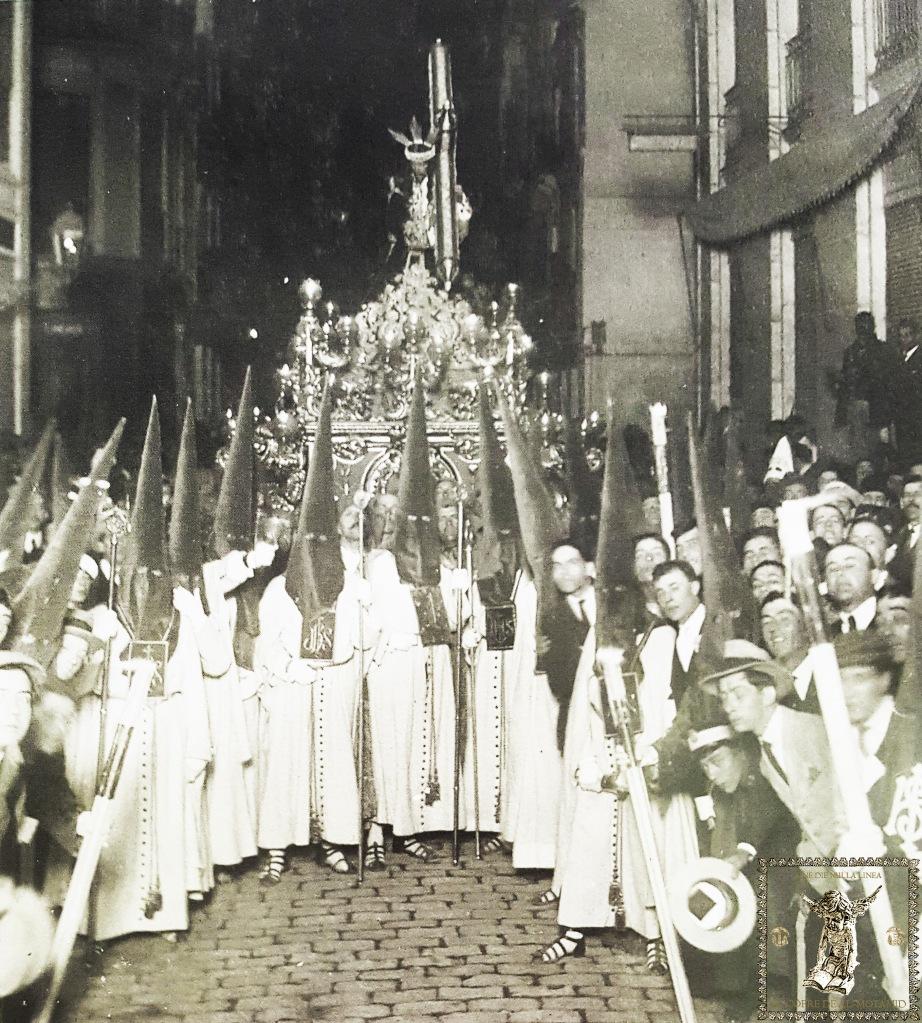 Madrugada del Viernes Santo 14 de abril de 1922. La comitiva del Dulce Nombre de Jesús Nazareno del Paso detenida ante la sede de La Unión Mercantil.