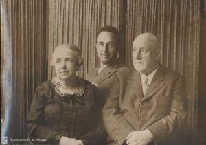 José Creixell Olivella (derecha), fundador de La Unión Mercantil y La Unión Ilustrada, junto a su esposa Remedios de Pablo-Blanco y su hijo Antonio.