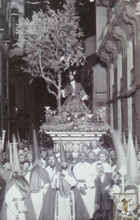 Paso de Jesús orando en el Huerto detenido ante la sede de La Unión Mercantil el Lunes Santo 10 de abril de 1922. (Foto: Sánchez)