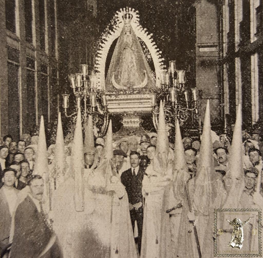 Paso de la Virgen de la Concepción Dolorosa ante la redacción de Las Uniones en 1922. (Foto: Francisco Sánchez)