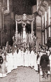 El paso de la Virgen del Mayor Dolor detenido en la calle de Sebastián Souviron en 1922. (Foto: Francisco Sánchez)